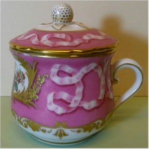 boyet rue de la paix pot de creme cup, side view pink ribbon on dark pink background